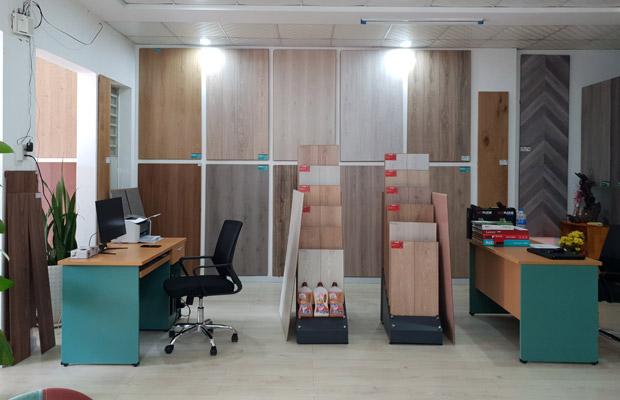 Khu vực trưng bày sàn gỗ tại showroom gia lai