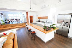 Rộ mốt ốp sàn gỗ cho nhà bếp và những lợi ích khi dùng sàn gỗ cho khu vực bếp