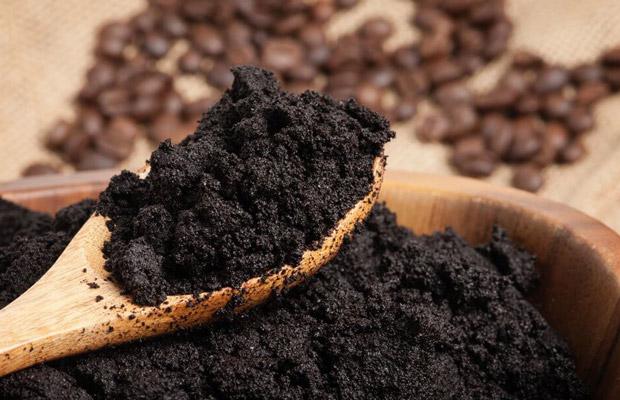 Bã cà phê để loại bỏ vết xước của sàn gỗ