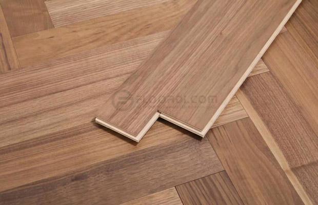 Bề mặt sàn gỗ chịu nước phủ lớp sơn UV