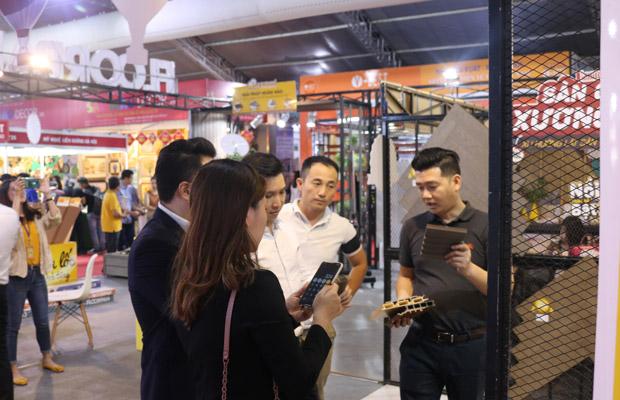 Các khách hàng hứng thú với chuỗi sản phẩm floordi