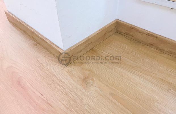 Chọn màu len chân tường tương đồng với sàn gỗ