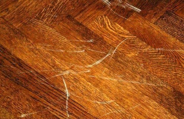Nhận định bề mặt sàn gỗ bị xước