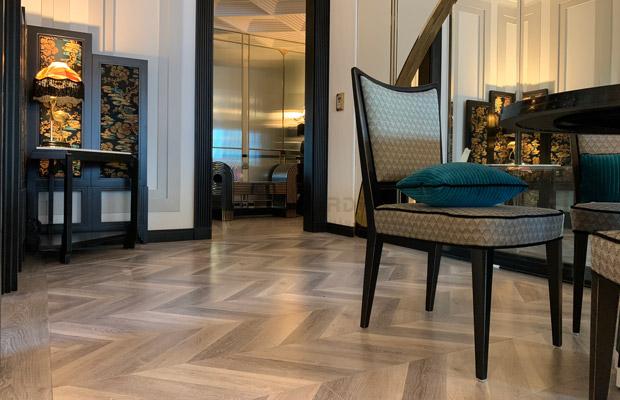 Sàn gỗ xương cá Chạm ngưỡng phong cách