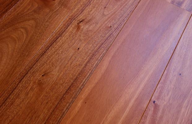 Ván sàn gỗ Gõ Đỏ với màu sắc cốt gỗ vàng đậm